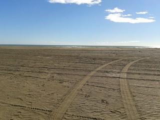 Tracce di pneumatici sulla spiaggia