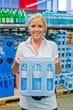 Frau kauft Mineralwasser im Supermarkt