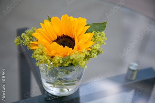 tisch schmuck sonnenblume stockfotos und lizenzfreie bilder auf bild 67489044. Black Bedroom Furniture Sets. Home Design Ideas