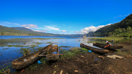 Pirogues de pêche au bord d'un lac à Bali