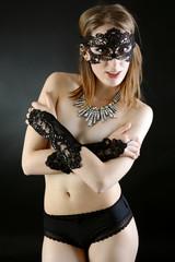 Frau trägt Maske und Handstulpen