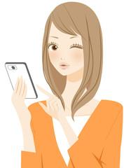 スマートフォンの操作をする女性