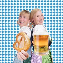 Dirndln vor Bayern Flagge