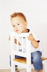 Junge auf einem Stuhl