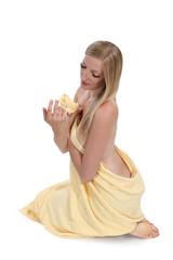 Dziewczyna z blond włosami w ręczniku kąpielowym.
