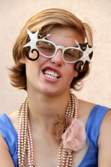 Jugendliche mit Katzenbrille