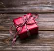 Ein rotes Geschenk mit karierter Schleife zu Weihnachten