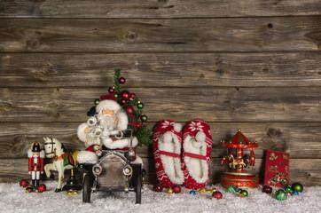 Dekoration Weihnachten in rot, grün und alte Spielsachen