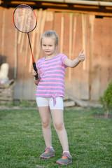 petite fille à jouer au badminton