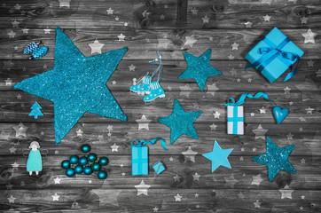 Weihnachten: Dekoration in türkis blau mit Holz und Geschenken