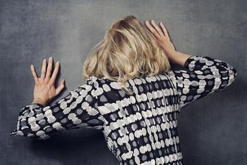 femme triste contre le mur