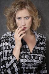femme triste fumant