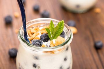 Joghurt mit Heidelbeeren und Minze