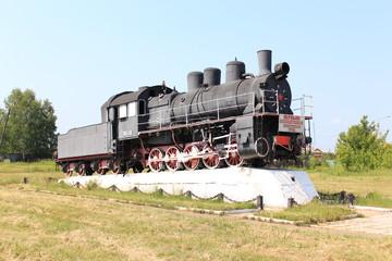 Старый локомотив на постаменте