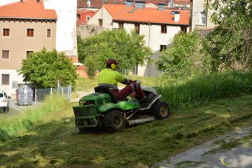 jardinero cortando el cesped de un jardin