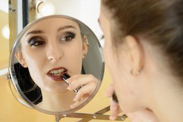 Twen schminkt mit Lippenstift