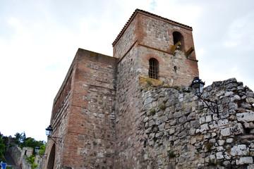 torre y muralla de piedra del arco de san esteban en burgos