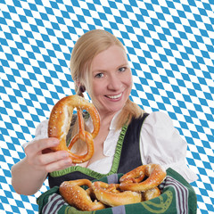 Dirndl mit Brezel vor Bayern Flagge