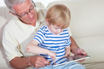 Opa mit Enkel