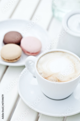 Papiers peints Macarons macarons with cappuccino