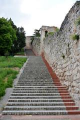 escaleras junto a la muralla del castillo de burgos