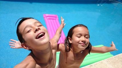 Niños abriendo los brazos al sol
