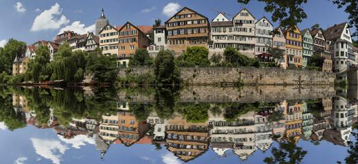 Tübingen am Neckarufer mit Spiegelung im Neckar
