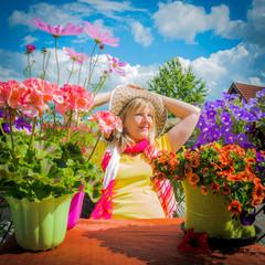Frau auf dem Balkon mit schönen Blumen