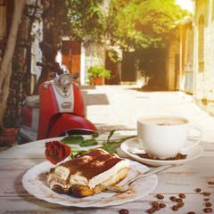 Kaffee und Kuchen in einem Straßencafé in Italien