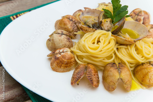 Spaghetti with razorshells and olive oil