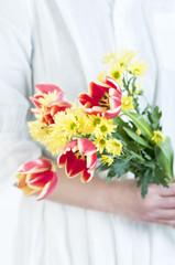 チューリップと菊の花束 花束 女性