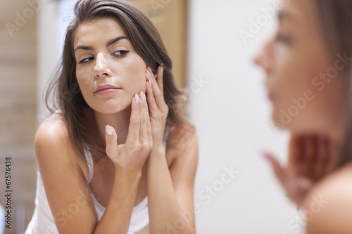 Leinwanddruck Bild Woman taking care of her skin