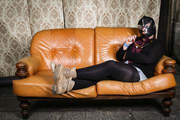 Luchadore sur canapé