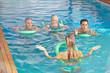 Frau leitet Kurs für Aquafitness