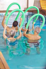 Leute im Kurs machen Aquafitness im Schwimmbad