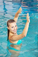 Frau macht Rückenübungen im Wasser