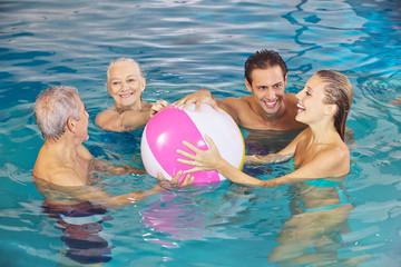 Familie im Wasser hat Spaß mit Wasserball