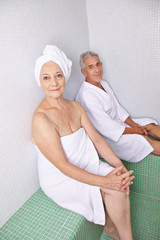 Alte Frau und Mann entspannen im Ruheraum
