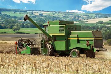 moissonneuse en action sur le champ agricole