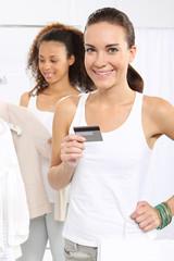 Kobieta na zakupach płaci karta kredytową.