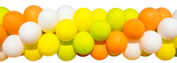 Гирлянда из ярких, разноцветных воздушных шаров на белом фоне.