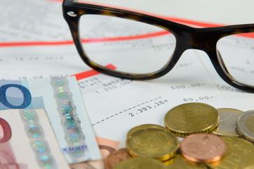detail von bargeld und kontoauszügen