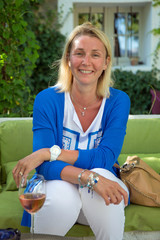 Femme (40s) heureuse et souriante