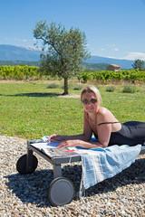 Bain de soleil dans le jardin (Provence)