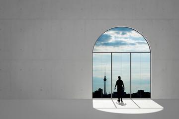 Mann schaut aus Fenster auf Berlin
