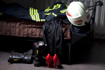 Feuerwehr Kleidung schlampig am Bett