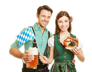 Paar in Bayern zum Oktoberfest mit Bier