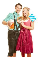 Mann und Frau mit Bier und Brezel zum Oktoberfest