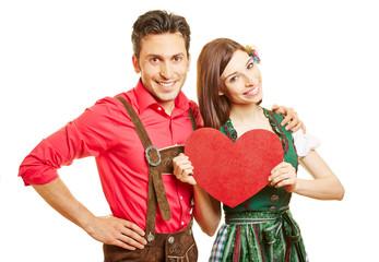Paar in Dirndl und Lederhose mit Herz