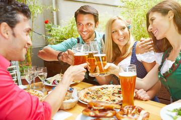 Freunde feiern mit Bier in Pizzeria